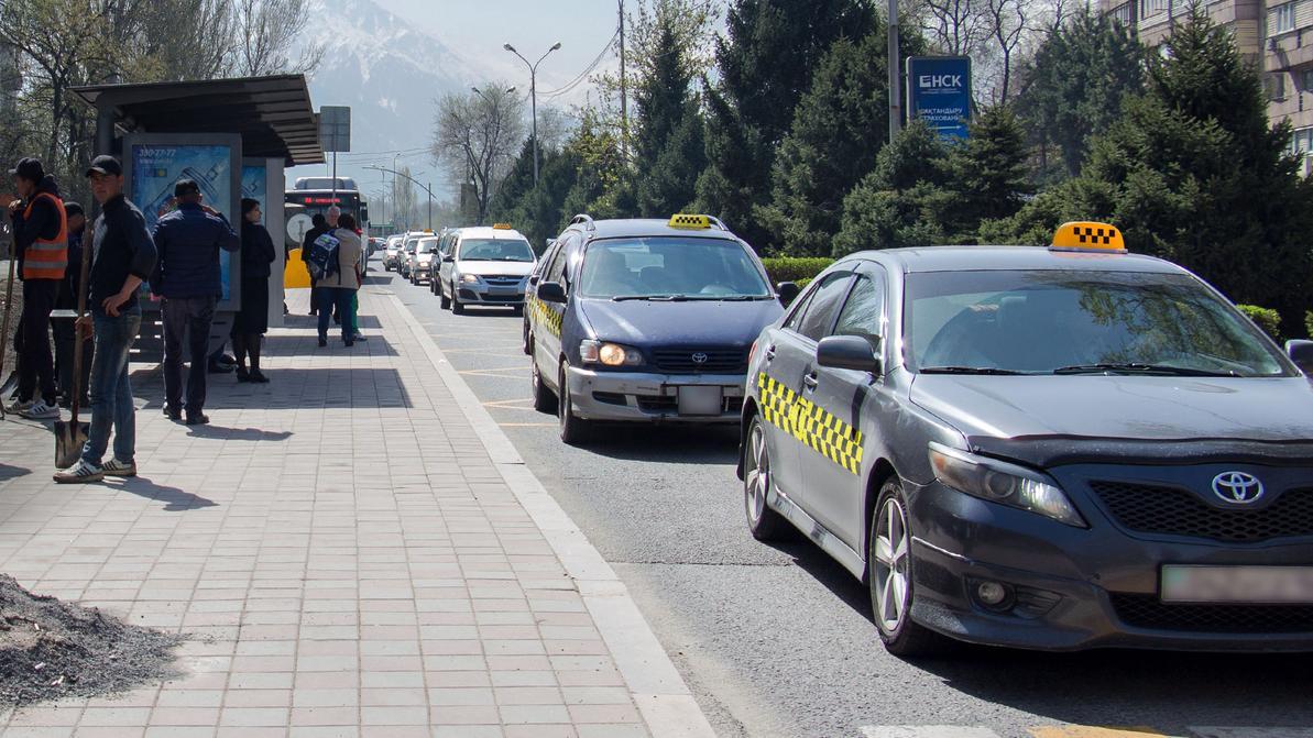 Акимат Алматы решил разрешить такси движение по выделенкам