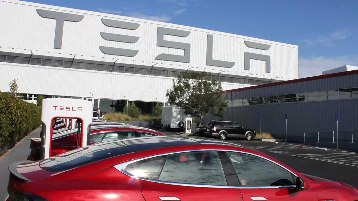 Премьер-министр РК Аскар Мамин посетил завод Tesla