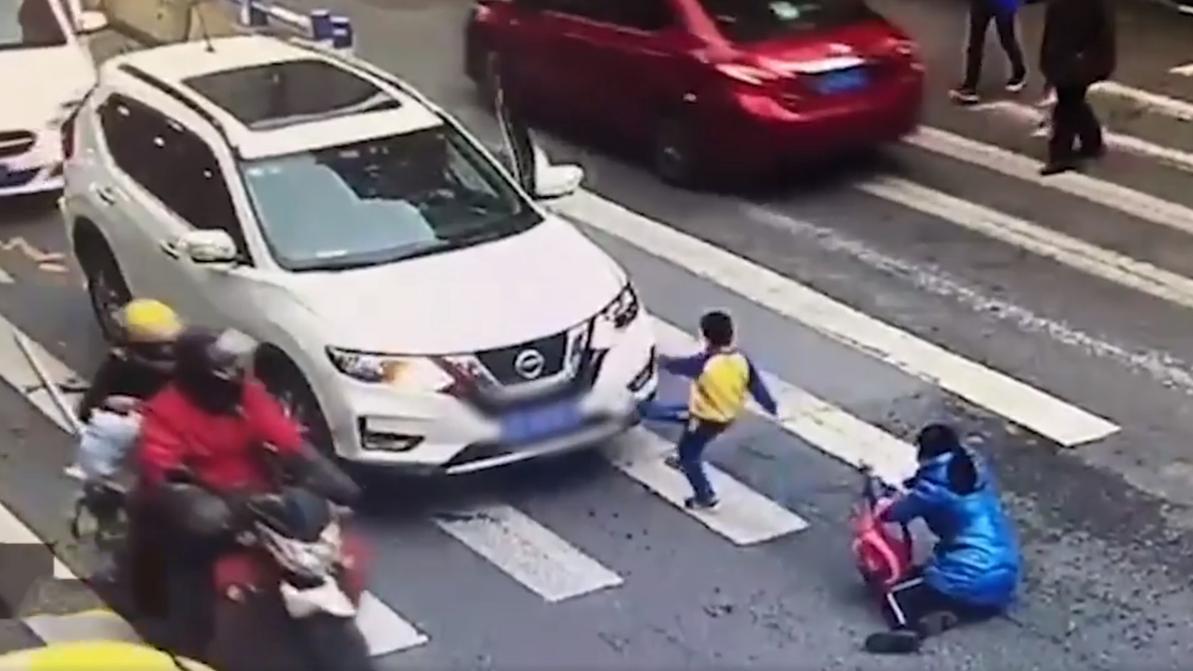 Малыш напал на кроссовер, защищая маму