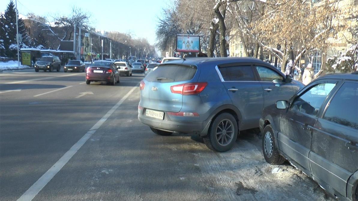 Десять водителей оштрафовали за парковку на выделенке на Толе би в Алматы