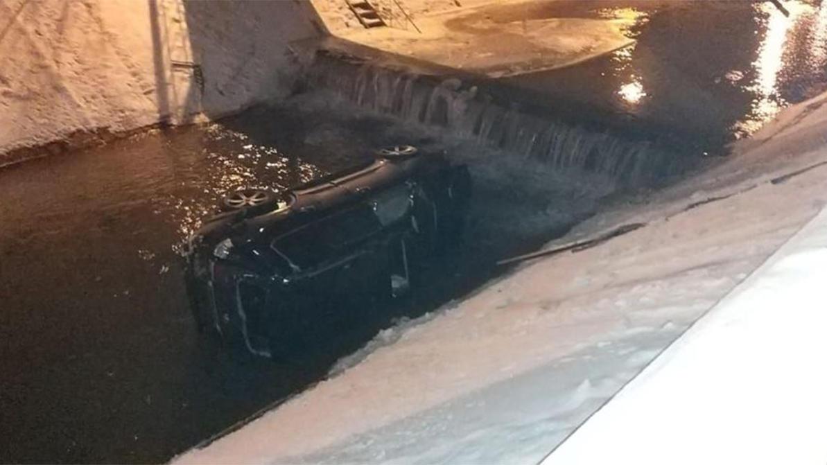 Lexus LX 570 упал в реку в Алматы