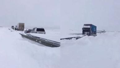 Более 400 автомобилей всё ещё стоят на трассах из-за снегопада