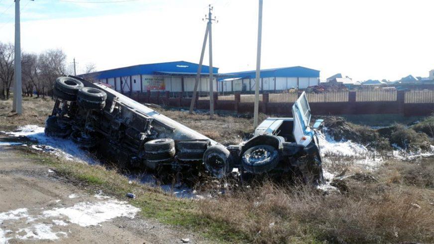 Бензовоз, гружённый топливом, опрокинулся в Шымкенте