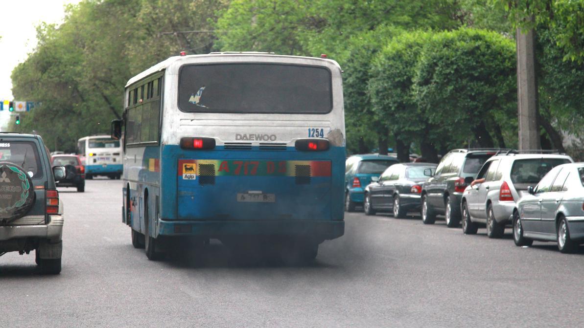 Дымящие автобусы и грузовики в Алматы будут отправлять на штрафстоянку