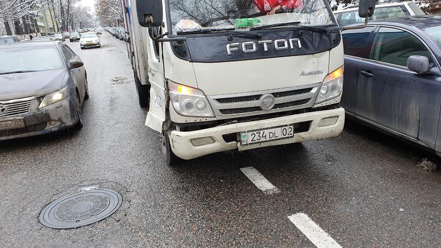 Toyota Camry сбила грузчика. Видео с регистратора