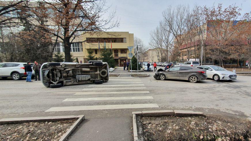 На Гагарина в Алматы не перестают биться автомобили