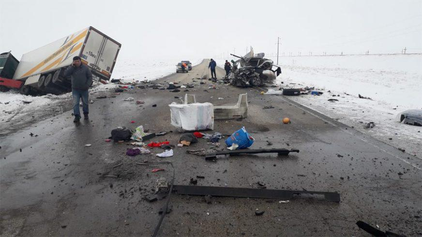 Honda Elysion лоб в лоб столкнулась с фурой в Актюбинской области