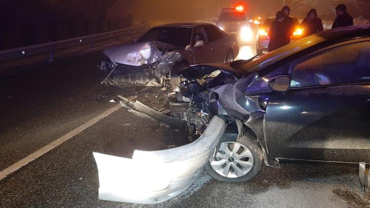 Toyota Windom и Kia Rio лоб в лоб столкнулись по дороге на «Медеу»