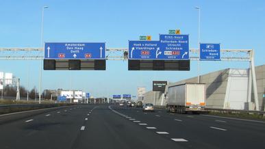 Нидерланды снизили скорость на автомагистралях до 100 км/ч