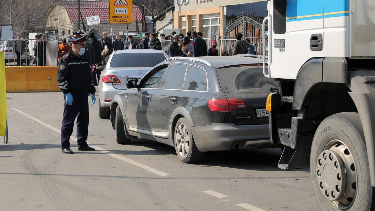 Передвижение транспорта ограничили в Западном Казахстане