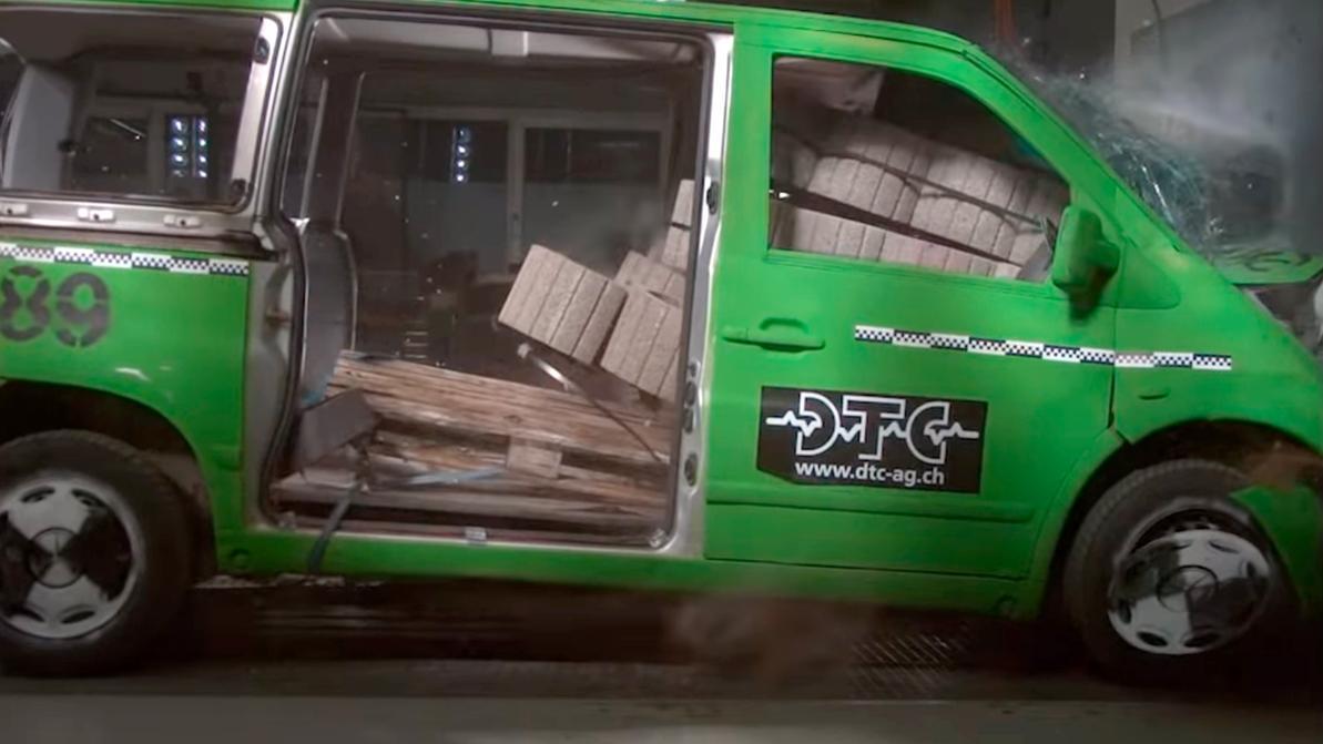 Опасности перевозки тяжёлых грузов в минивэне