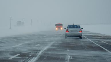 Зима вернулась в некоторые регионы Казахстана. Ряд дорог перекрыт