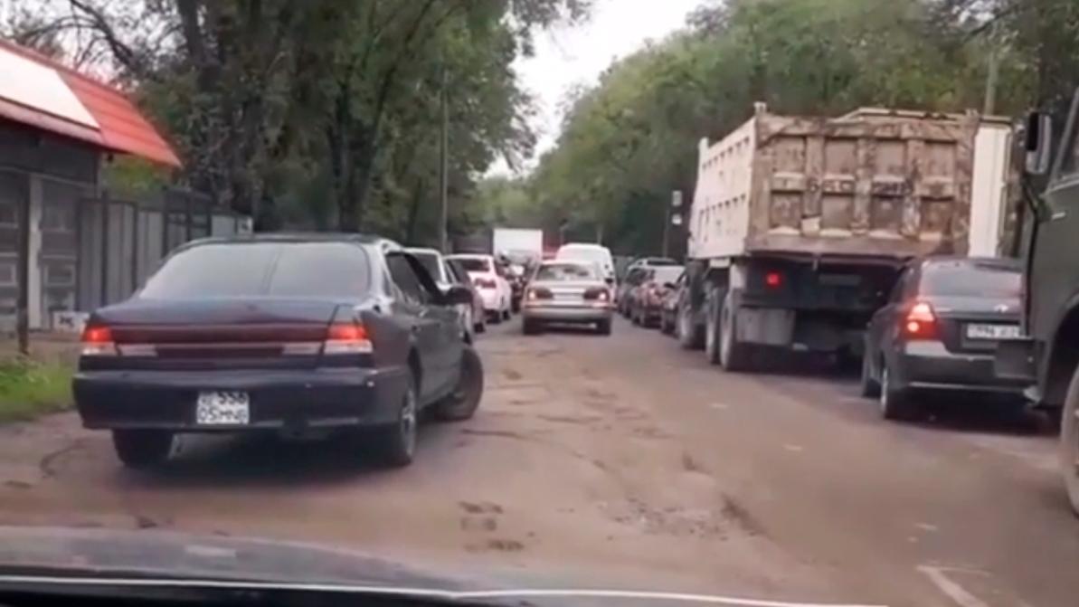 Лишать прав за объезд блокпостов по встречке начали в Алматы