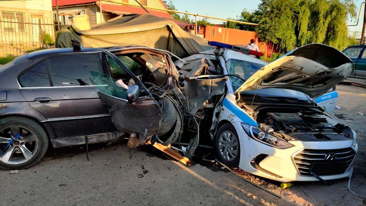 Пьяный водитель протаранил блокпост в Алматы. Два полицейских погибли