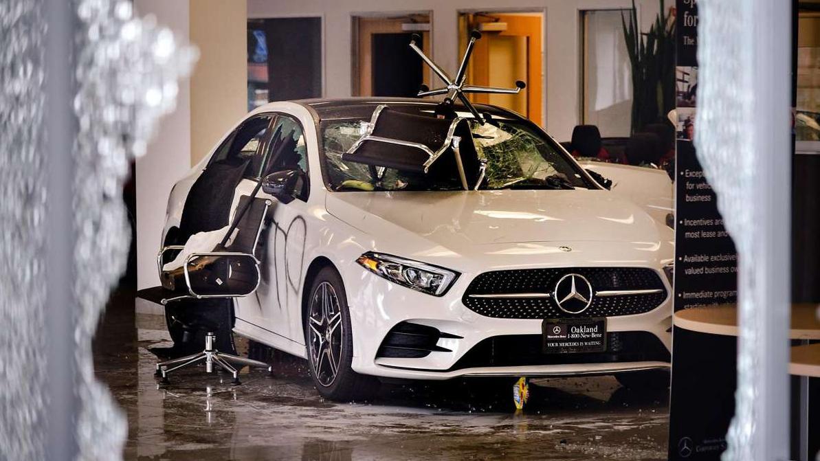 Ночные гости: в США пострадали автоцентры Mercedes и Honda