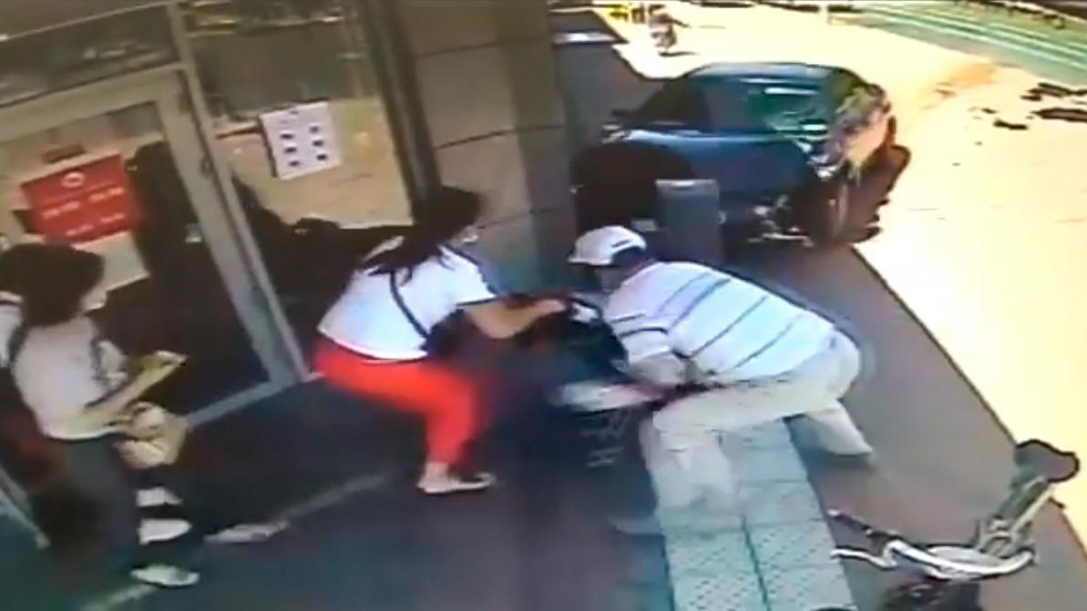 Видео: Subaru после ДТП вылетела на тротуар