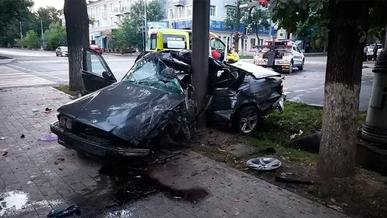 BMW «обняла» столб в Алматы. Водитель погиб