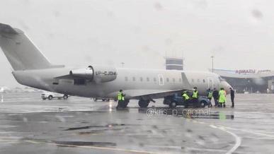 Logan столкнулся с самолётом в аэропорту Алматы
