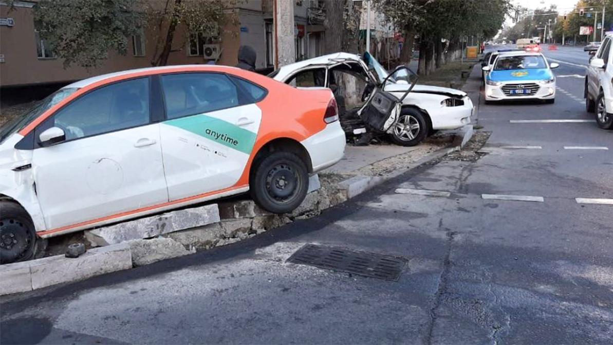 Автомобиль каршеринга протаранил такси в Алматы
