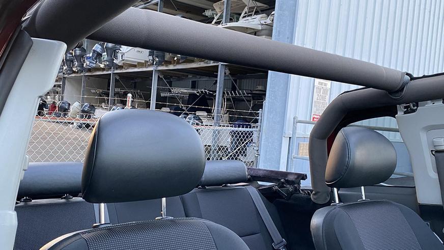 На продажу выставлен редкий FJ Cruiser с мягким верхом
