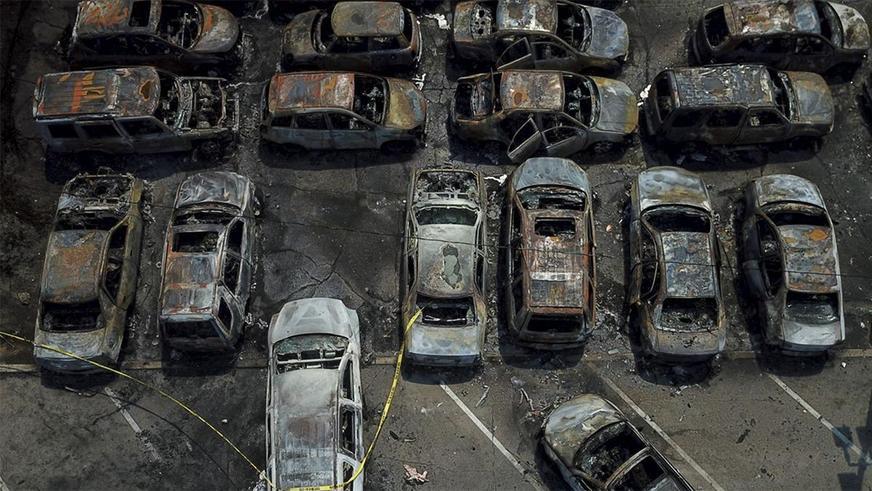 В США сожгли более 100 машин на открытой стоянке