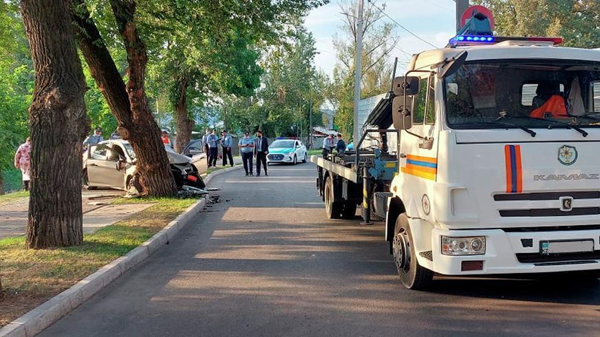 В Алматы Accent на полном ходу влетел в дерево (видео)