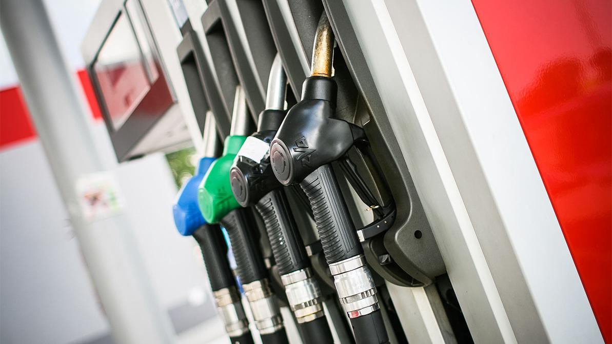 Стабилизировать цены на бензин в Казахстане потребовал депутат Альберт Рау