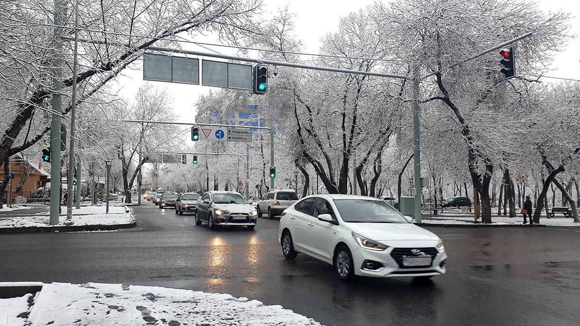 Снег и гололедица: обстановка на дорогах страны