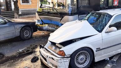 BMW 3-й серии столкнулся с троллейбусом в Алматы