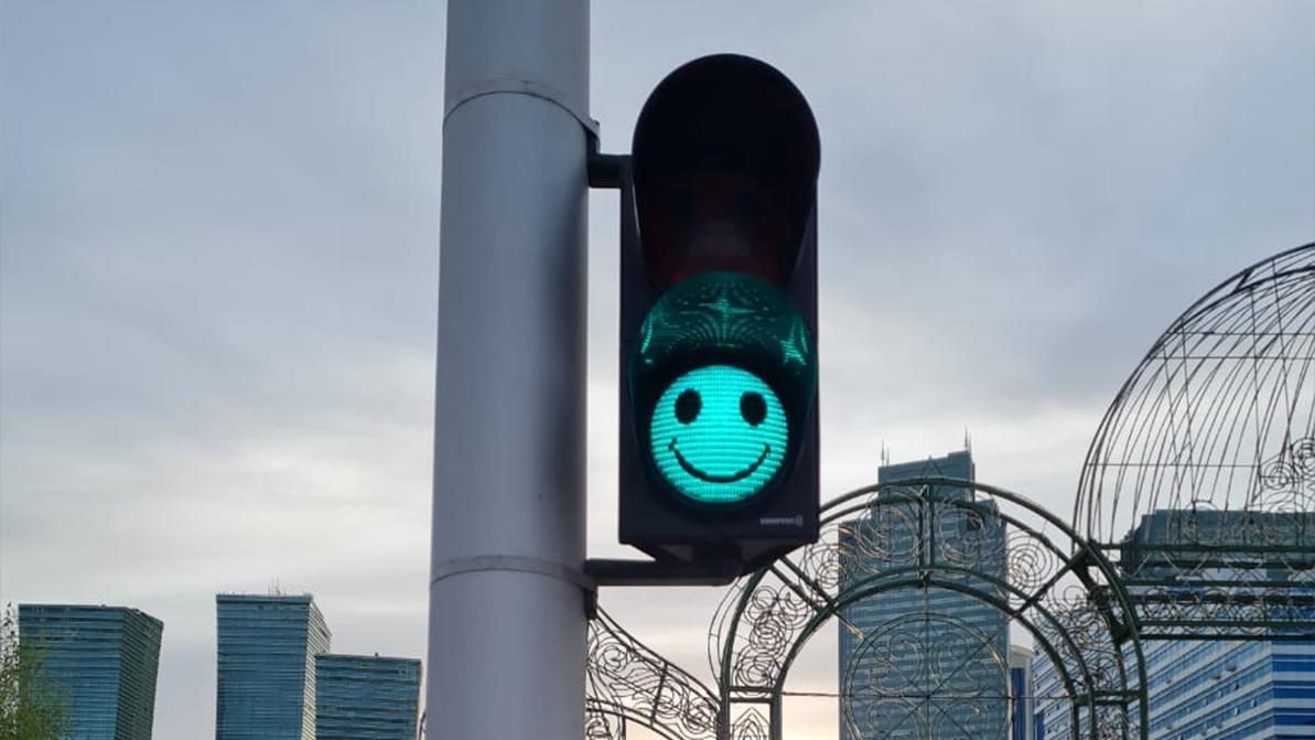 Светофоры со смайликами установили на пешеходных переходах столицы