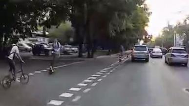 В Алматы лоб в лоб столкнулись велосипедист и самокатчик