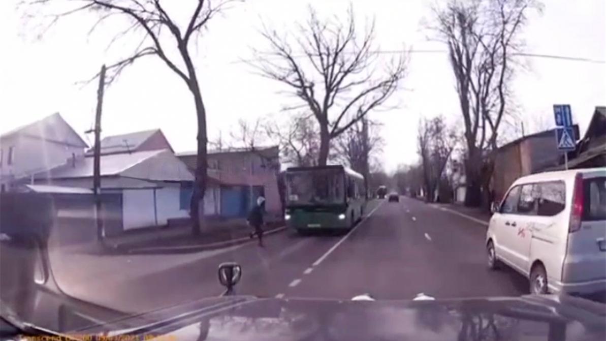 Автобус сбил девушку на улице Жангельдина в Алматы