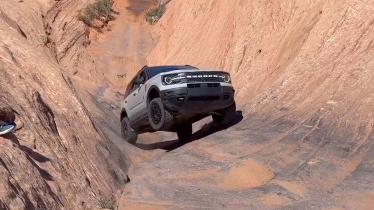 Ford Bronco Sport карабкается по каменному ущелью