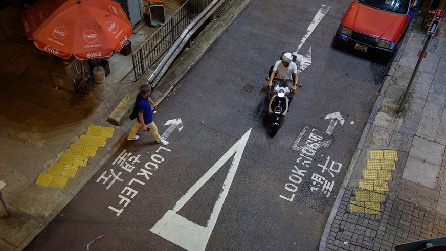 Почему одни люди ездят по правой стороне дороги, а другие по левой?