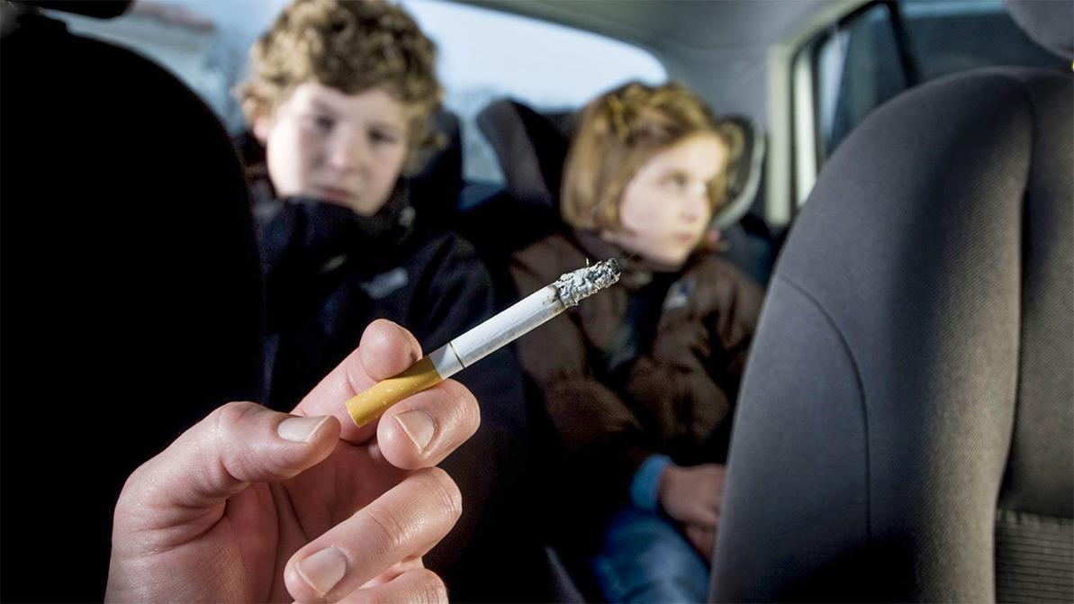 За курение в машине штрафовать будут участковые