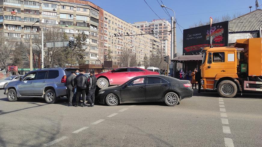 Camry запрыгнула на Camry в Алматы