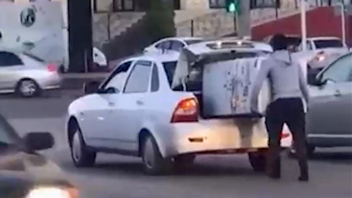 Видео дня: перевозка холодильника в багажнике «Приоры»