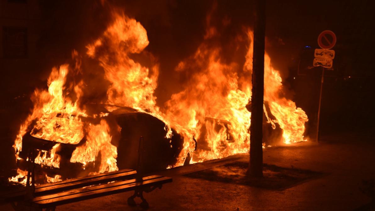 1491477300_cars.burning.paris.afp