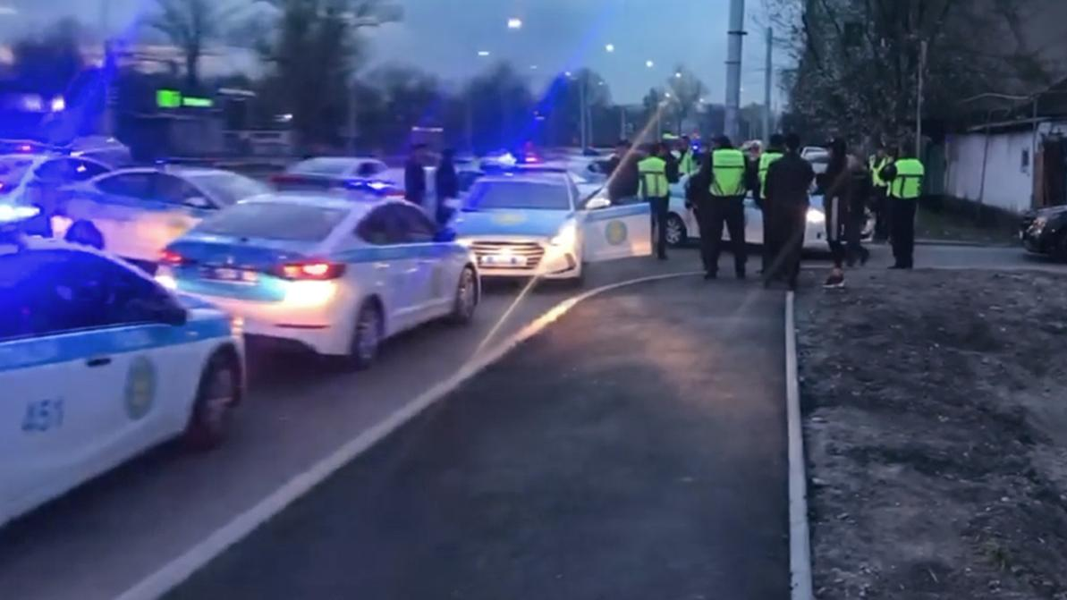 Более десятка полицейских авто участвовали в задержании одного Mercedes-Benz в Алматы