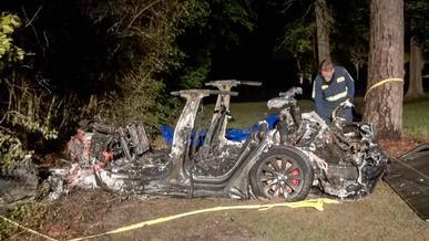 Tesla Model S без водителя врезалась в дерево и сгорела