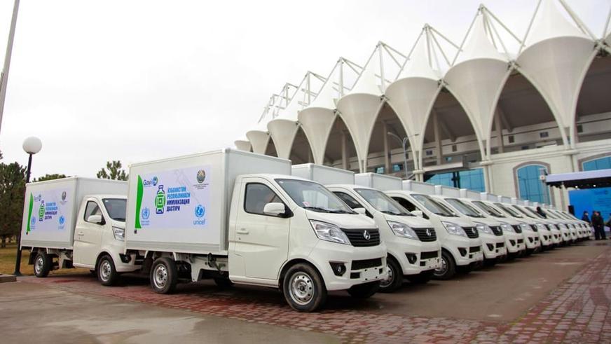 Узбекистану передали 223 машины для перевозки вакцин. Восемь сразу попали в ДТП
