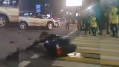 Курьер на мопеде столкнулся с Toyota RAV4 в Алматы