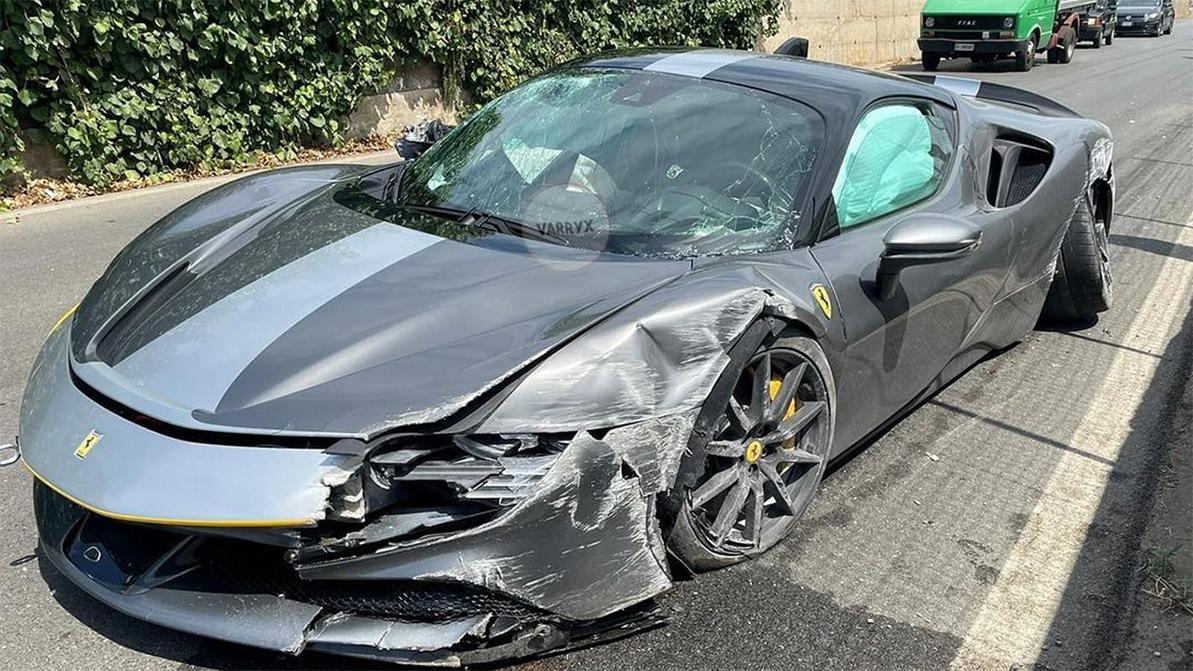 Гиперкар Ferrari SF90 Stradale приложили о бетонное заграждение