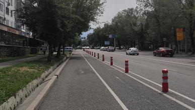 Велополосы полностью огородят боллардами в Алматы