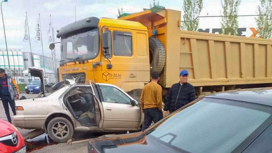 Toyota Camry влетела под самосвал. Водитель погиб