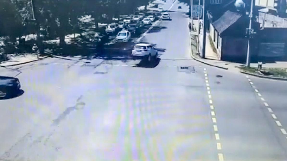 Крышка люка подбросила RAV 4 в воздух в Алматы Хозяйка авто вот у
