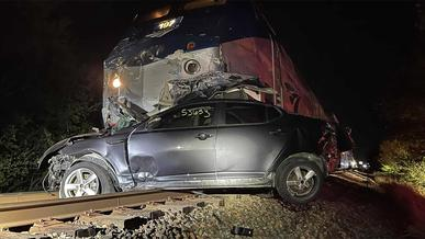 Видео дня: поезд протаранил автовоз на ж/д переезде в США