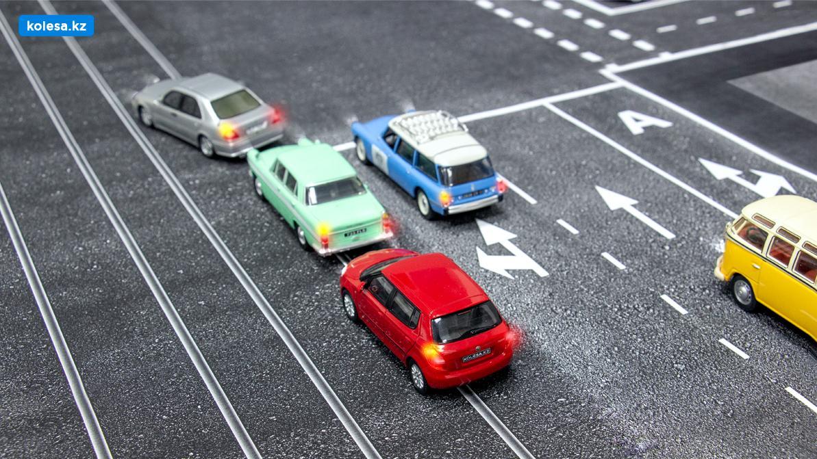 Школа «Колёс»: поворот налево с трамвайных путей