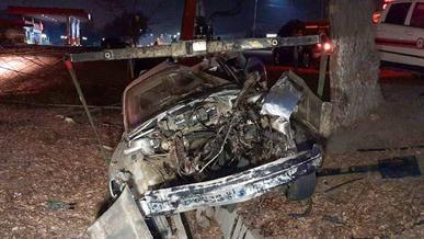 Оторвало двигатель у BMW E34 после встречи с деревом в Алматы