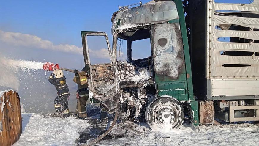 В Павлодаре столкнулись две фуры и Honda CR-V